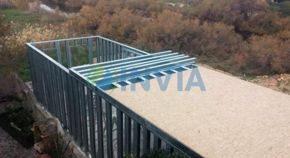Ελαφριά μεταλλική προκατασκευασμένη κατοικία κατά τη διαδικασία συναρμολόγησης - εγκατάστασης